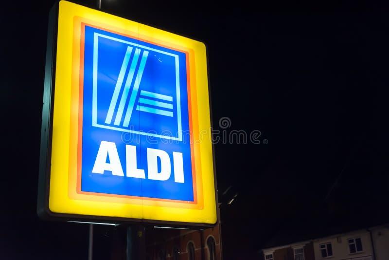 Нортгемптон Великобритания 3-ье октября 2017: Логотип Aldi подписывает внутри Northampton Town центризует стоковое фото