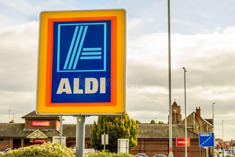 Нортгемптон Великобритания 3-ье октября 2017: Логотип Aldi подписывает внутри Northampton Town центризует стоковые фото