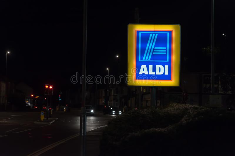Нортгемптон Великобритания 3-ье октября 2017: Логотип Aldi подписывает внутри Northampton Town центризует стоковая фотография rf