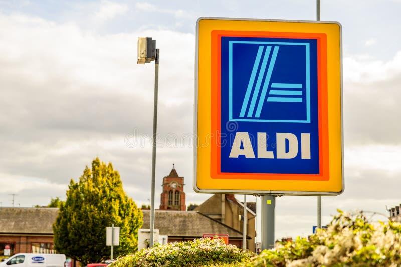 Нортгемптон Великобритания 3-ье октября 2017: Логотип Aldi подписывает внутри Northampton Town центризует стоковые фотографии rf