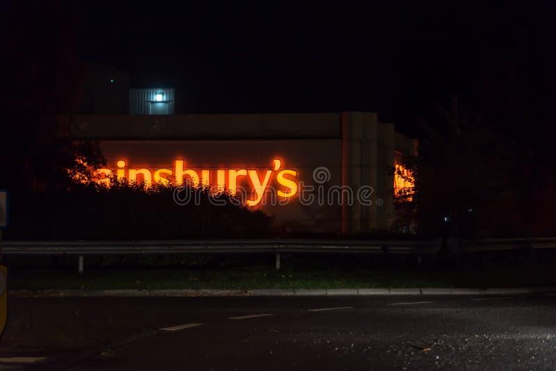 Нортгемптон Великобритания 3-ье октября 2017: Логотип Sainsburys подписывает внутри Northampton Town центризует стоковое фото