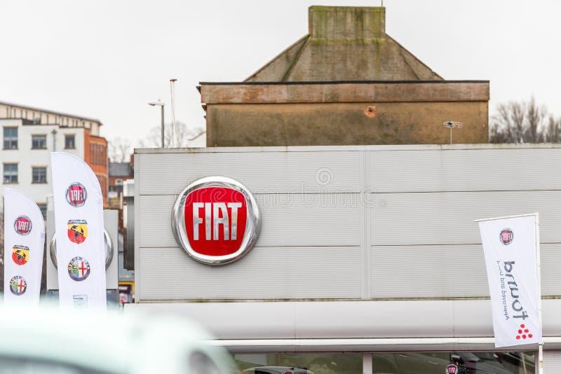 Нортгемптон Великобритания 3-ье февраля 2018: Стойка знака логотипа Фиат в центре Northampton Town стоковые изображения rf