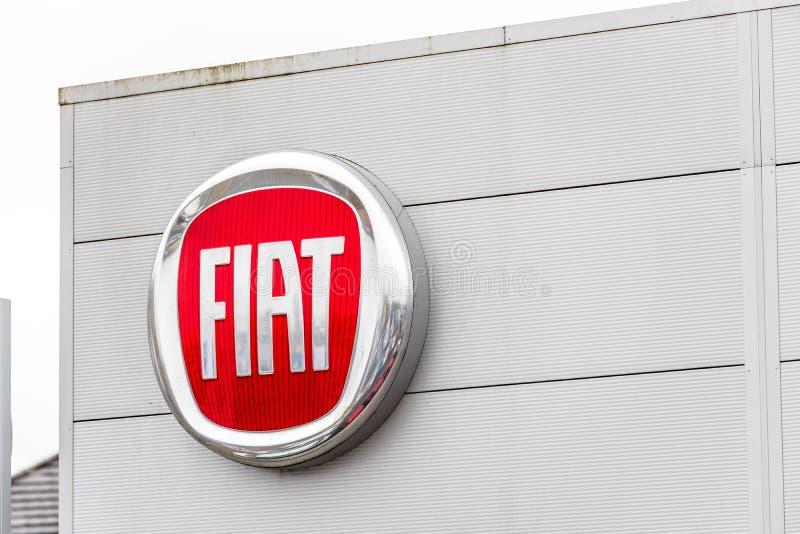 Нортгемптон Великобритания 3-ье февраля 2018: Стойка знака логотипа Фиат в центре Northampton Town стоковое изображение rf