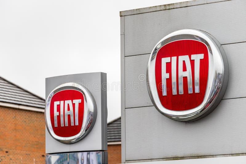 Нортгемптон Великобритания 3-ье февраля 2018: Стойка знака логотипа Фиат в центре Northampton Town стоковые фотографии rf