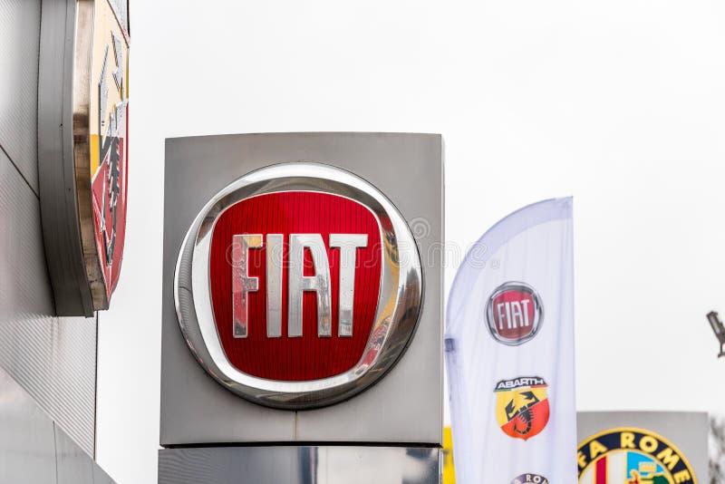 Нортгемптон Великобритания 3-ье февраля 2018: Стойка знака логотипа Фиат в центре Northampton Town стоковое фото