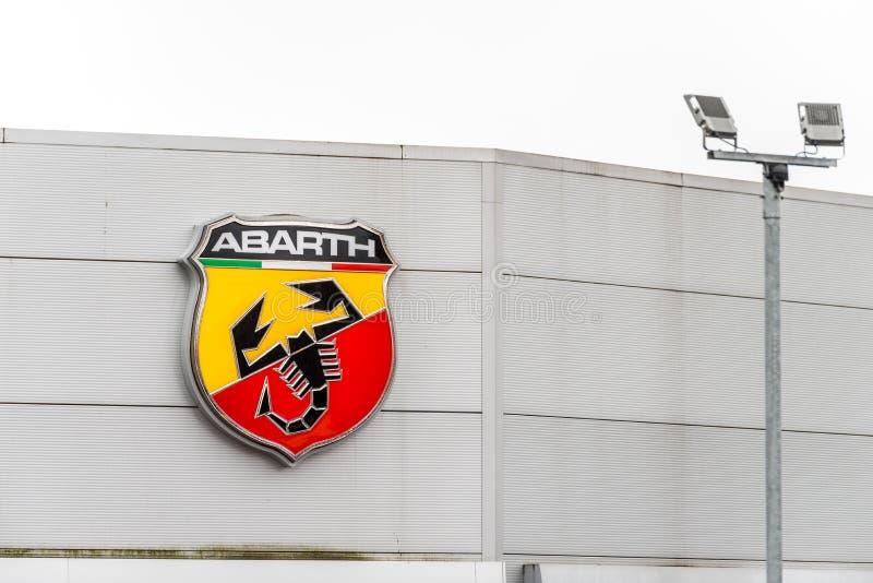 Нортгемптон Великобритания 3-ье февраля 2018: Стойка знака логотипа Abarth Фиат в центре Northampton Town стоковые фото