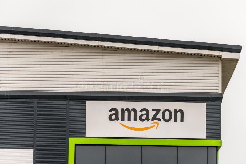 Нортгемптон Великобритания 23-ье января 2018: Знак логотипа рынка снабжения Амазонки на стене склада в парке усадьбы промышленном стоковое изображение