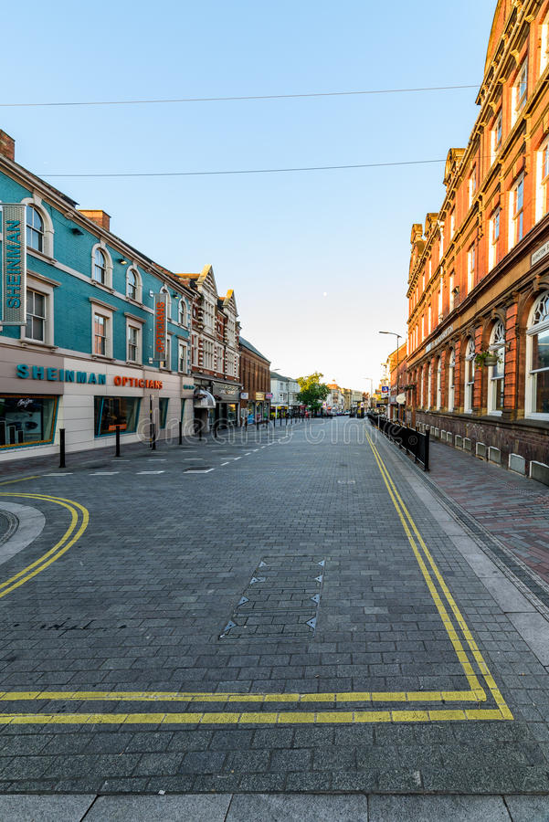 Нортгемптон, Великобритания - 10-ое августа 2017: Ясный взгляд утра неба улицы Abington в центре Northampton Town стоковые изображения