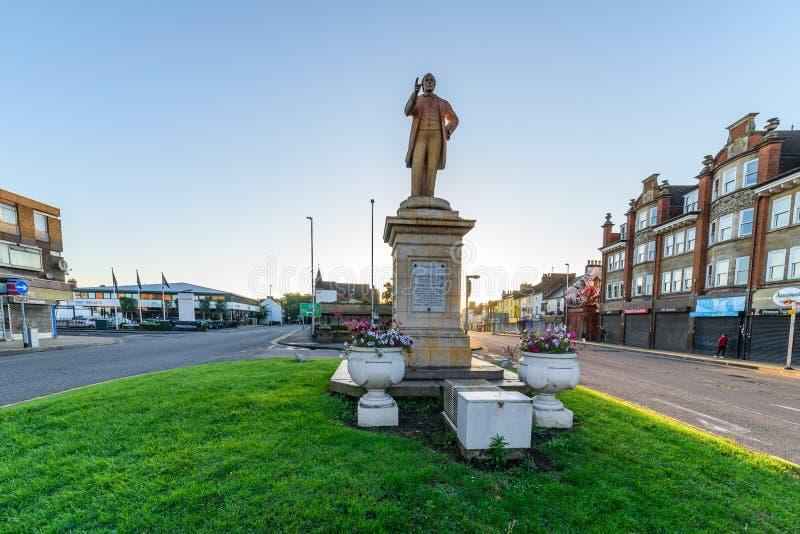 Нортгемптон, Великобритания - 10-ое августа 2017: Ясный взгляд утра неба памятника Чарльза Branlaugh на улице Northampton Town Ab стоковые изображения