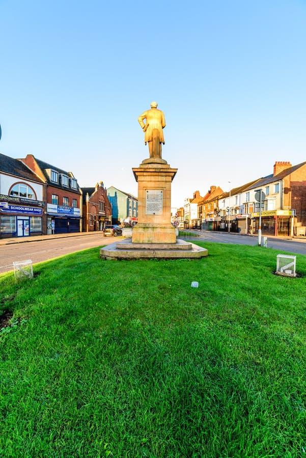 Нортгемптон, Великобритания - 10-ое августа 2017: Ясный взгляд утра неба памятника Чарльза Branlaugh на улице Northampton Town Ab стоковое фото