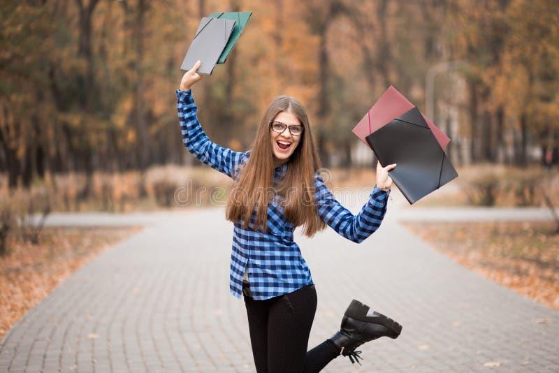 Носить в голубой рубашке, чувствуя большие вещи девушки победителя эйфоричный на пути карьеры, работающ к успеху и достигл его стоковые изображения