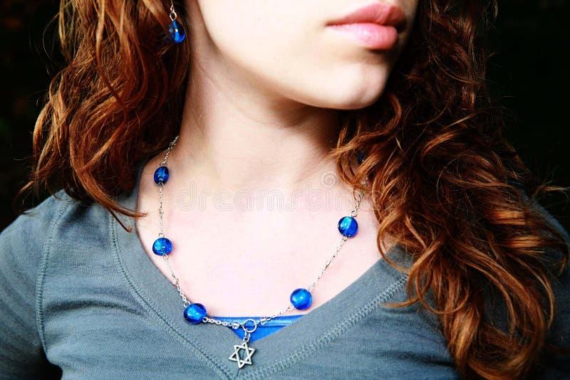 носить голубого камня ожерелья девушки подростковый стоковое изображение