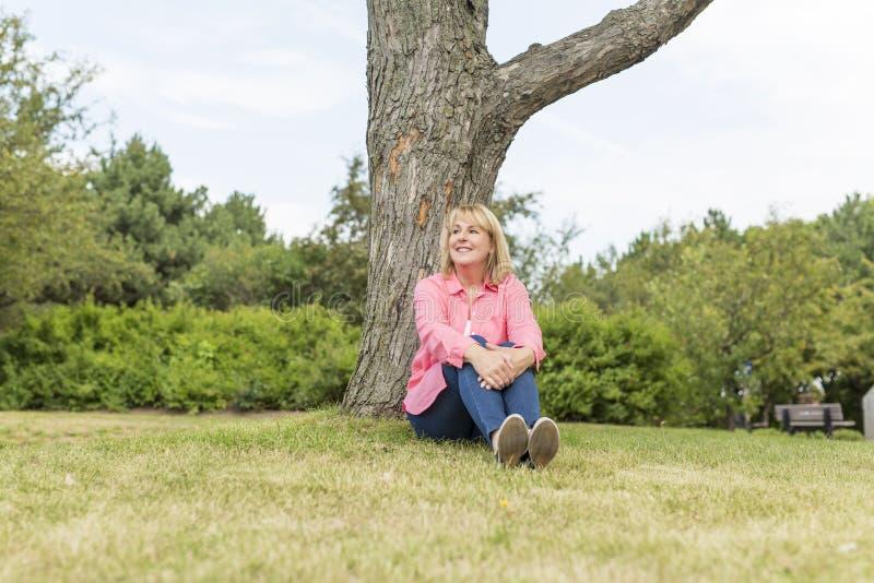 Носить зрелой женщины внешний в розовых одеждах стоковые фото