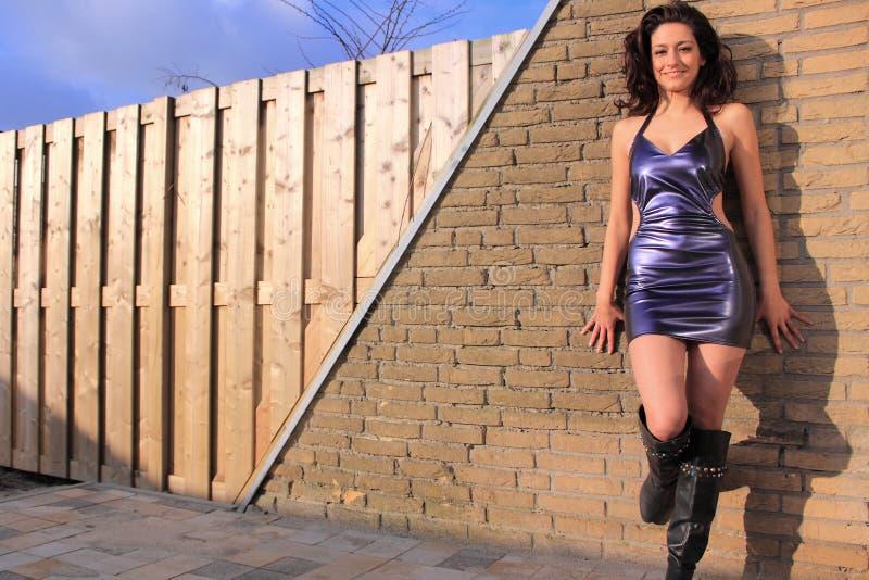 носить красивейшего платья брюнет пурпуровый сексуальный стоковая фотография rf