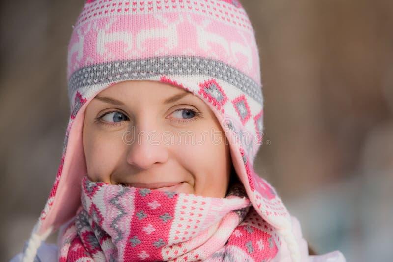 носить милого шарфа шлема девушки теплый стоковое фото rf