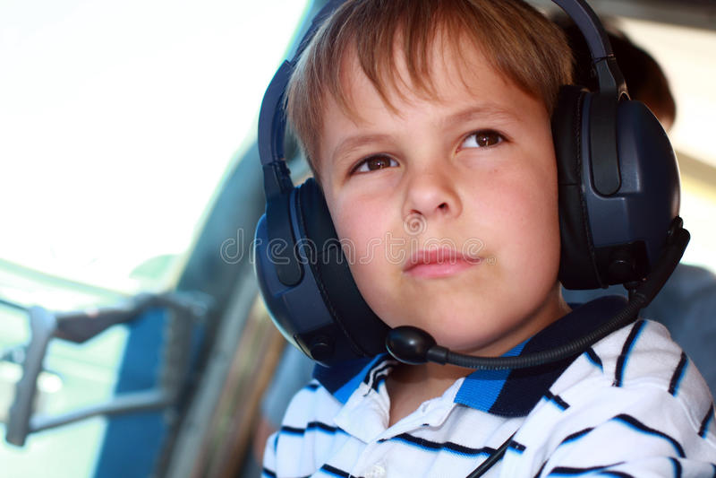 носить шлемофона мальчика самолета малый стоковое фото rf