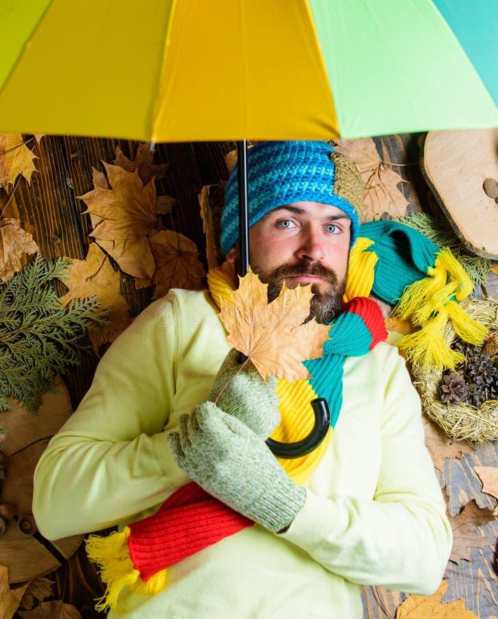 Носка битника связала шляпу а перчатки надеются ненастный зонтик владением погоды Атрибуты сезона падения Человек бородатый с стоковое фото rf