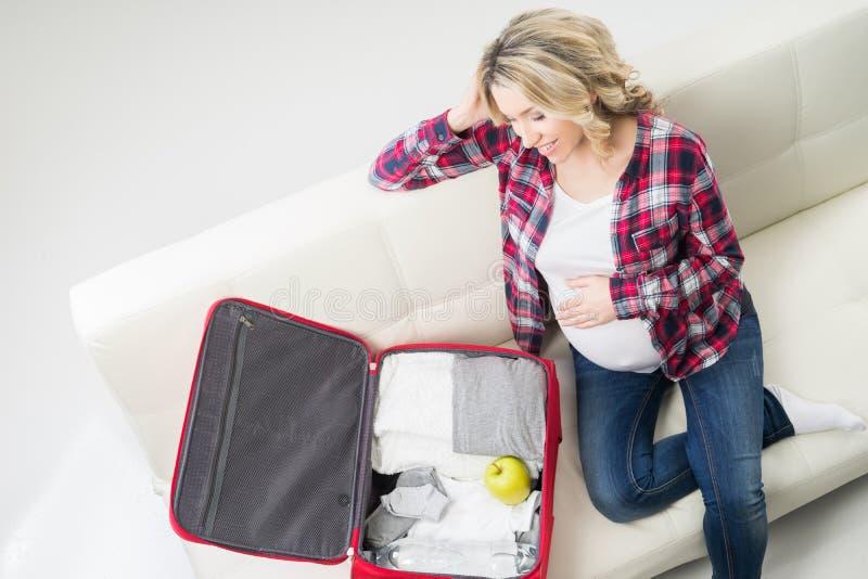 Носка молодых привлекательных детей упаковки беременной женщины стоковое фото