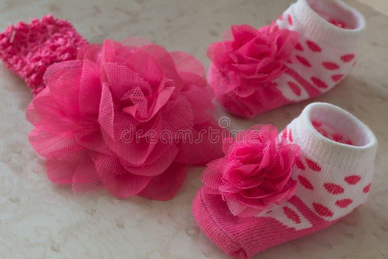 Носки младенца с точками польки; цветок стоковое фото rf