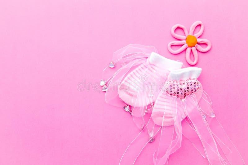 Носки ребёнка - розовые и белые с цветком на розовой предпосылке стоковая фотография rf