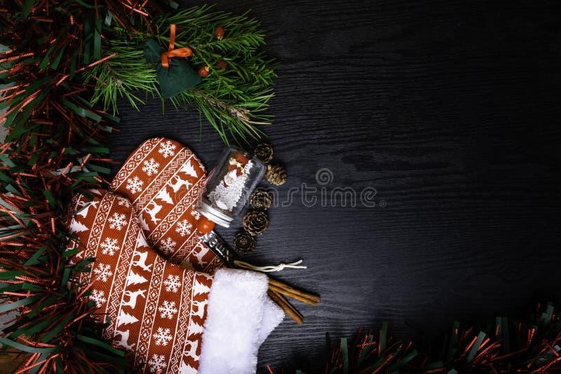 Носки рождества с присутствующим подарком, Санта Клаусом, циннамоном Чулок и игрушки украшения рождества вися над деревянной пред стоковые фото