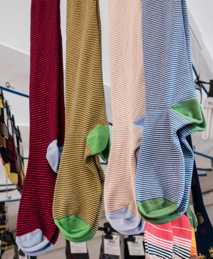 Носки хлопка или шерстей вися на дисплее для продажи стоковые фотографии rf