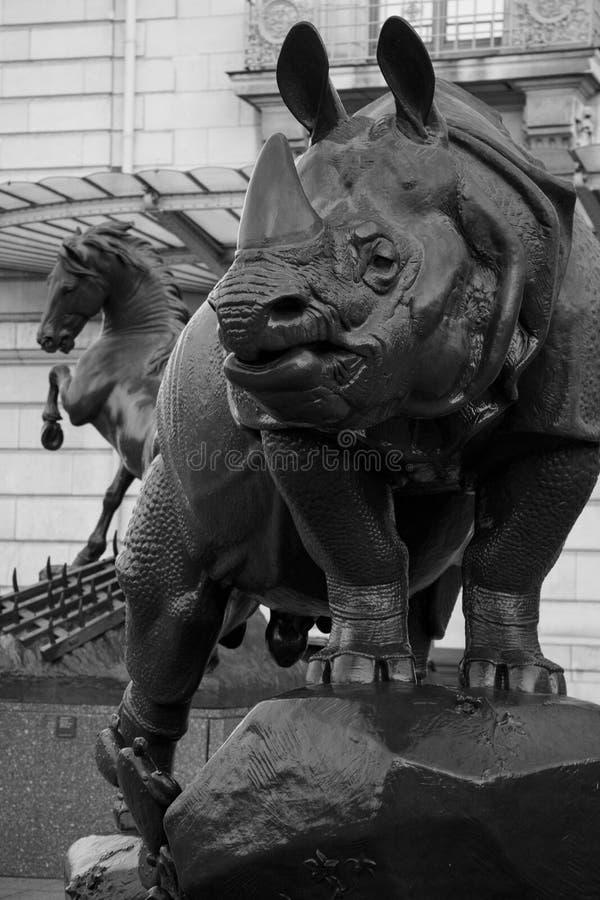 Носорог перед музеем Orsay в Париже стоковые фотографии rf