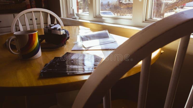 Ностальгическая установка смотря через старые фото фильма стоковое изображение