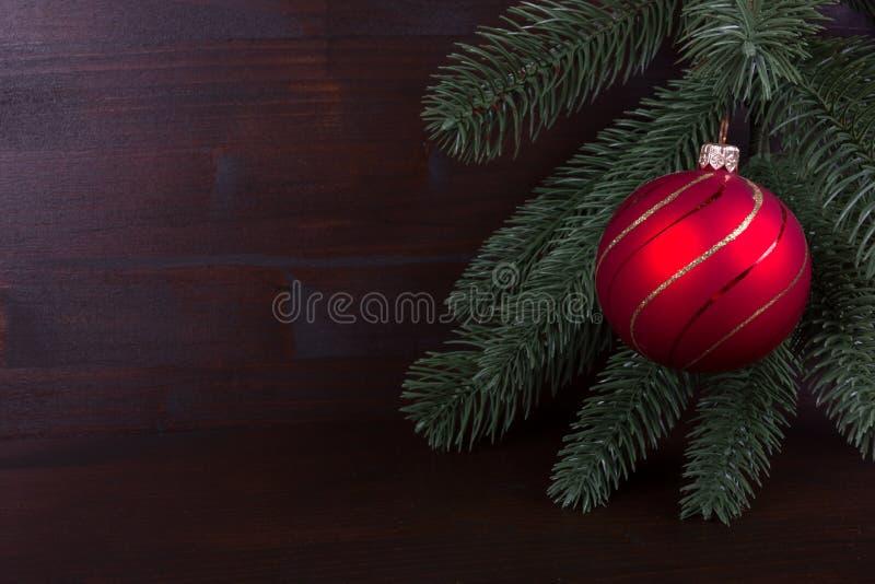 Ностальгический красный шарик рождества на темном backgrond стоковые изображения rf