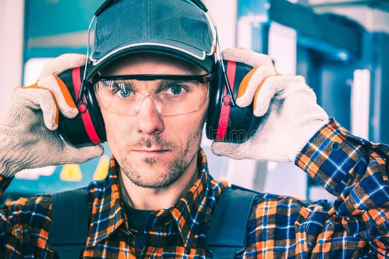 Нося протекторы слуха стоковое фото rf