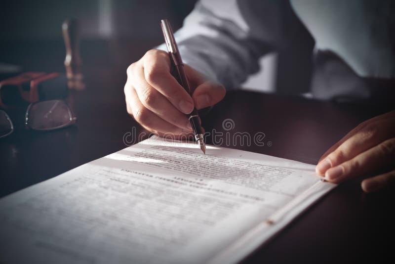 Нотариус подписывая контракт с авторучкой стоковые фотографии rf