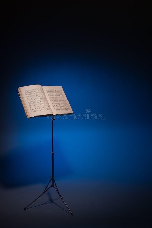 Стойка нот с нот рояля год сбора винограда стоковое фото rf