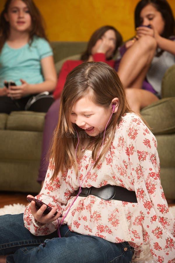 нот девушки счастливое слушая к стоковое фото rf