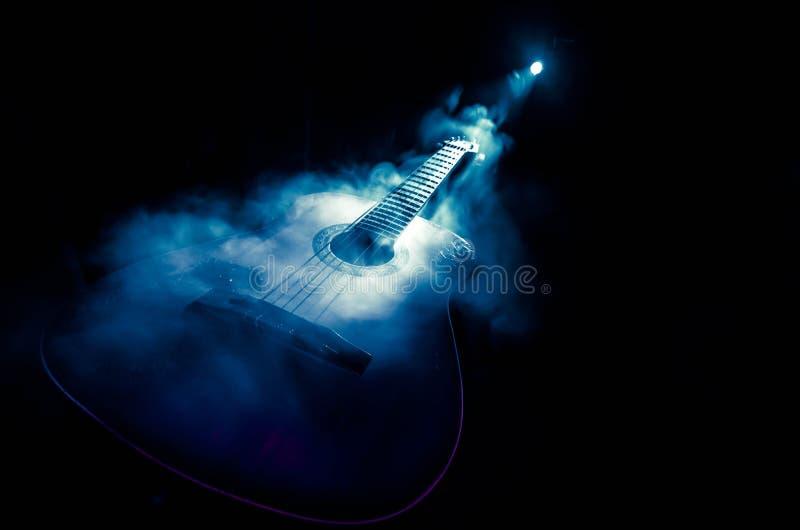 нот иллюстрации электрической гитары принципиальной схемы Акустическая гитара изолированная на темной предпосылке под луч светом  стоковое изображение