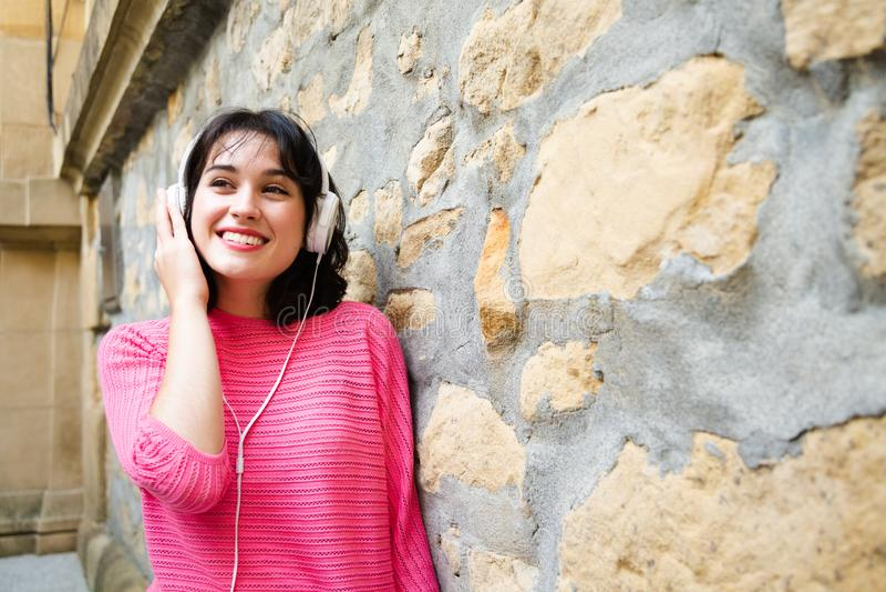нот красивейшей девушки слушая к стоковые фото