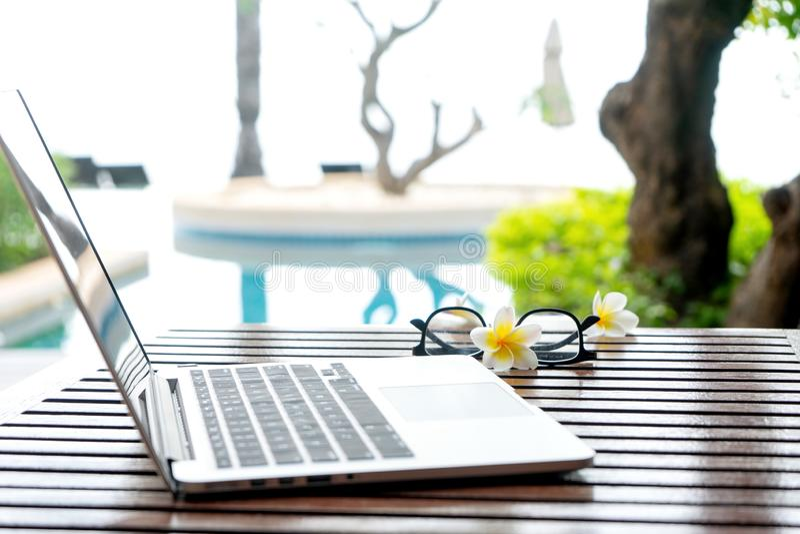 Ноутбук на деревянной таблице стоковое фото rf