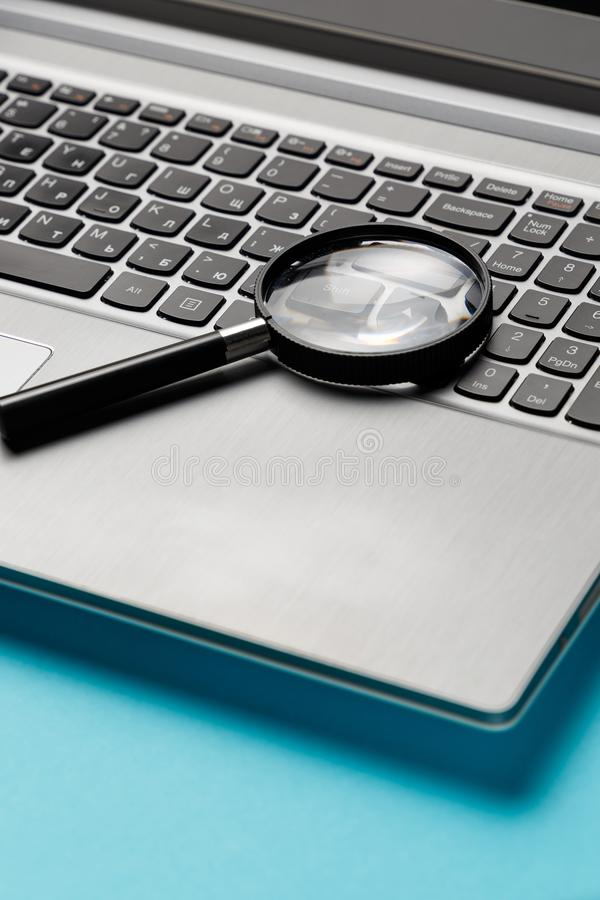 Ноутбук с лупой стоковое фото rf