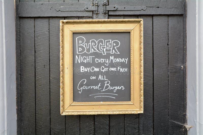 Ноча бургера каждый понедельник - покупка одно получает одно свободный стоковые фотографии rf