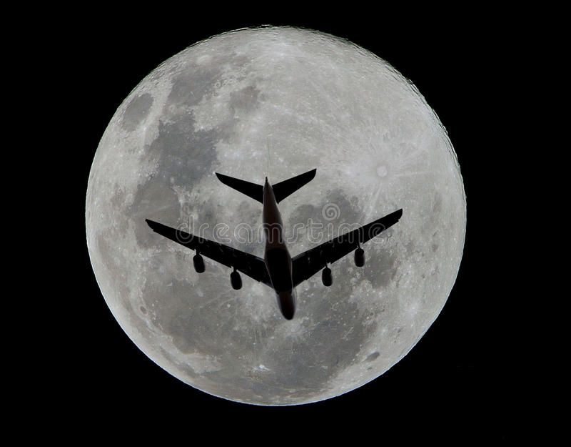 ноча двигателя полета сумрака воздушных судн над морем стоковое фото