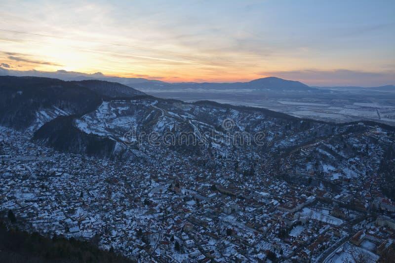 Ноча в Brasov, Румынии Brasov город в области Трансильвании Румынии стоковое изображение