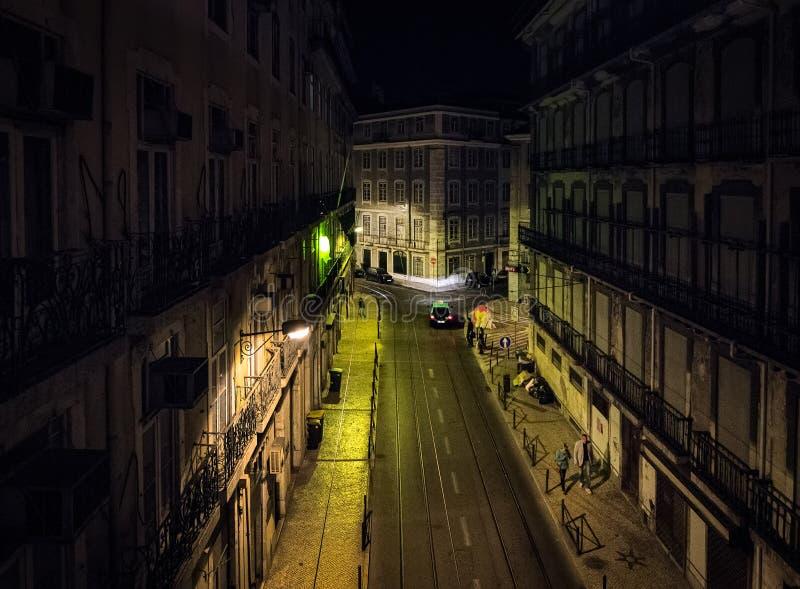ноча Городок Лиссабона старый на ноче стоковые изображения rf