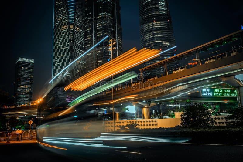 ноча города самомоднейшая Улица финансов Шанхая Lujiazui стоковые изображения rf