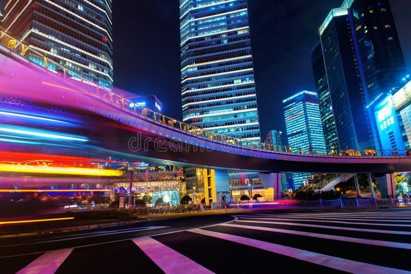 ноча города самомоднейшая Улица финансов Шанхая Lujiazui стоковые фото