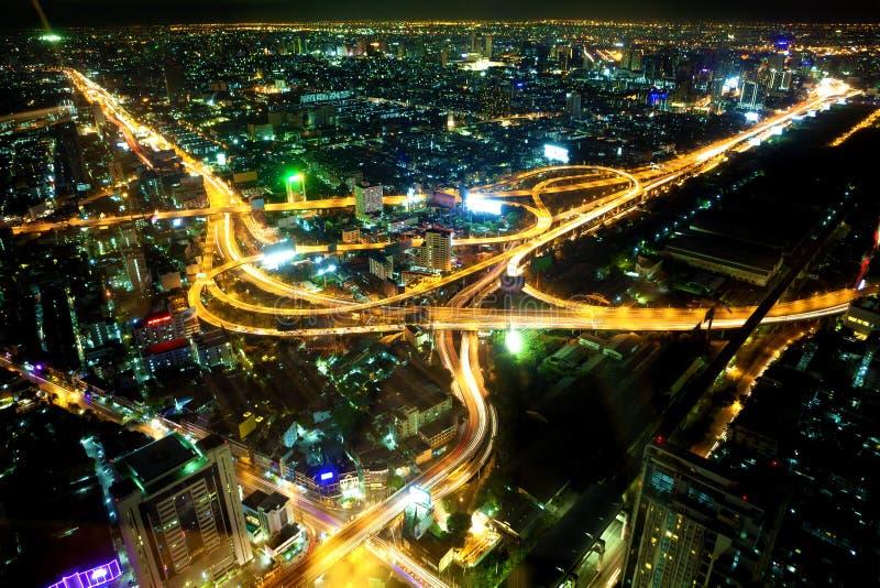 ноча города bangkok Движение и пейзаж дороги стоковые фото