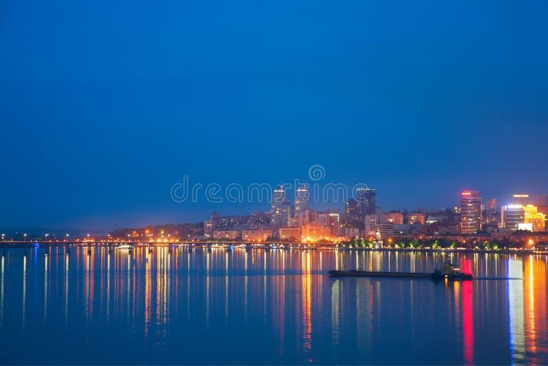 Ноча Днепропетровск и река Dnieper стоковое изображение