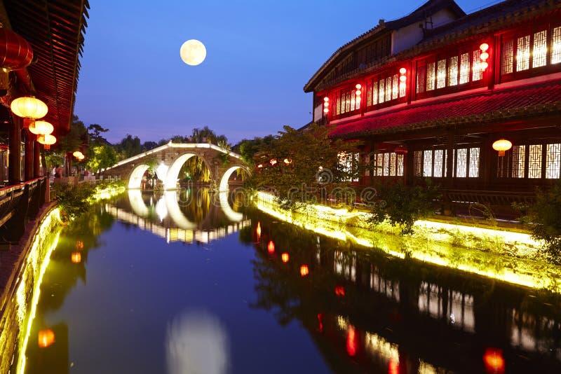 Ноча древнего города Taierzhuang, Китай стоковая фотография rf