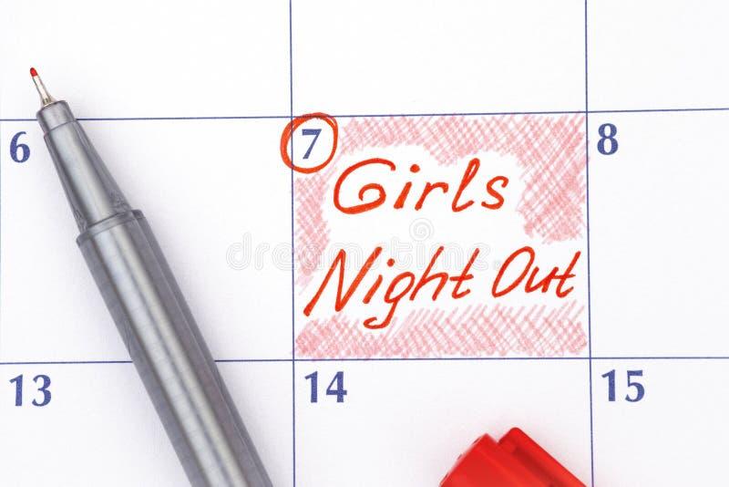 Ноча девушек напоминания вне в календаре с ручкой стоковое изображение rf