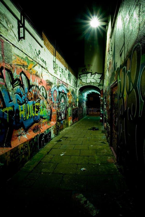 ноча надписи на стенах переулка стоковая фотография rf