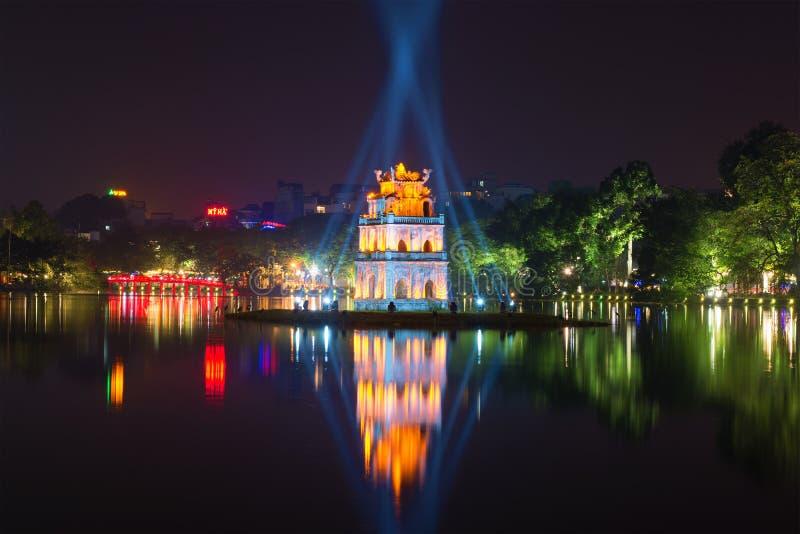 Ноча на озере Hoan Kiem Взгляд на черепахах башни и красном мосте hanoi Вьетнам стоковые фотографии rf