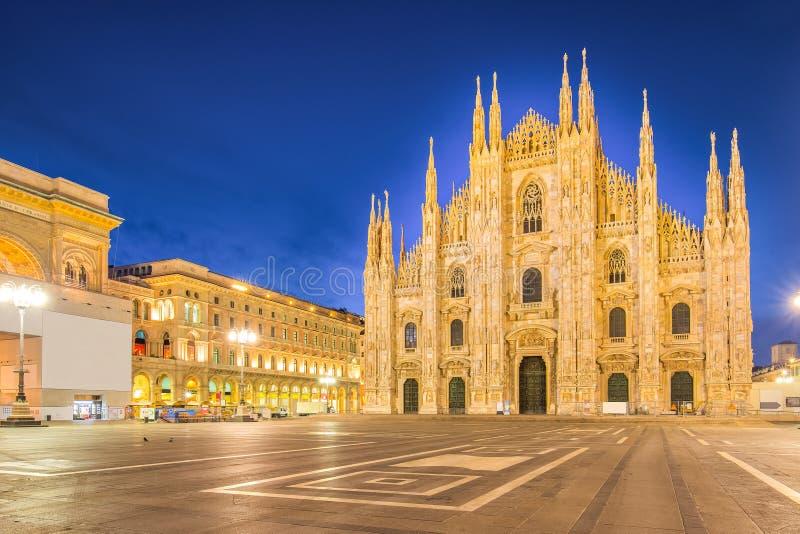 Ноча на Duomo собора милана в Италии стоковые фото